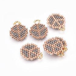 Pendentifs miyuki® et toho® faits à la main de perles de rocailles japonaises, motif de tissage, plat rond avec le signe de la paix, grises , 18~19x14.5~15x1.7mm, Trou: 2mm(SEED-A027-WA04)