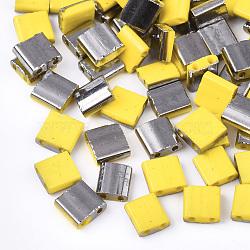 Déposer des perles de rocaille en verre opaque, 2-trou, rectangle, jaune, 5x4.5~5.5x2~2.5mm, Trou: 0.5~0.8mm(SEED-S023-18C-04B)