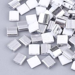 Déposer des perles de rocaille en verre opaque, 2-trou, rectangle, blanc, 5x4.5~5.5x2~2.5mm, Trou: 0.5~0.8mm(SEED-S023-18C-01D)